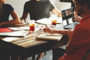 Personas trabajando en torno a una mesa