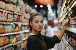 Mujer en un pasillo de un supermercado